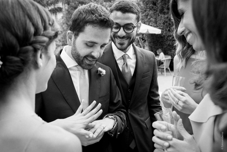 foto sposo con invitati