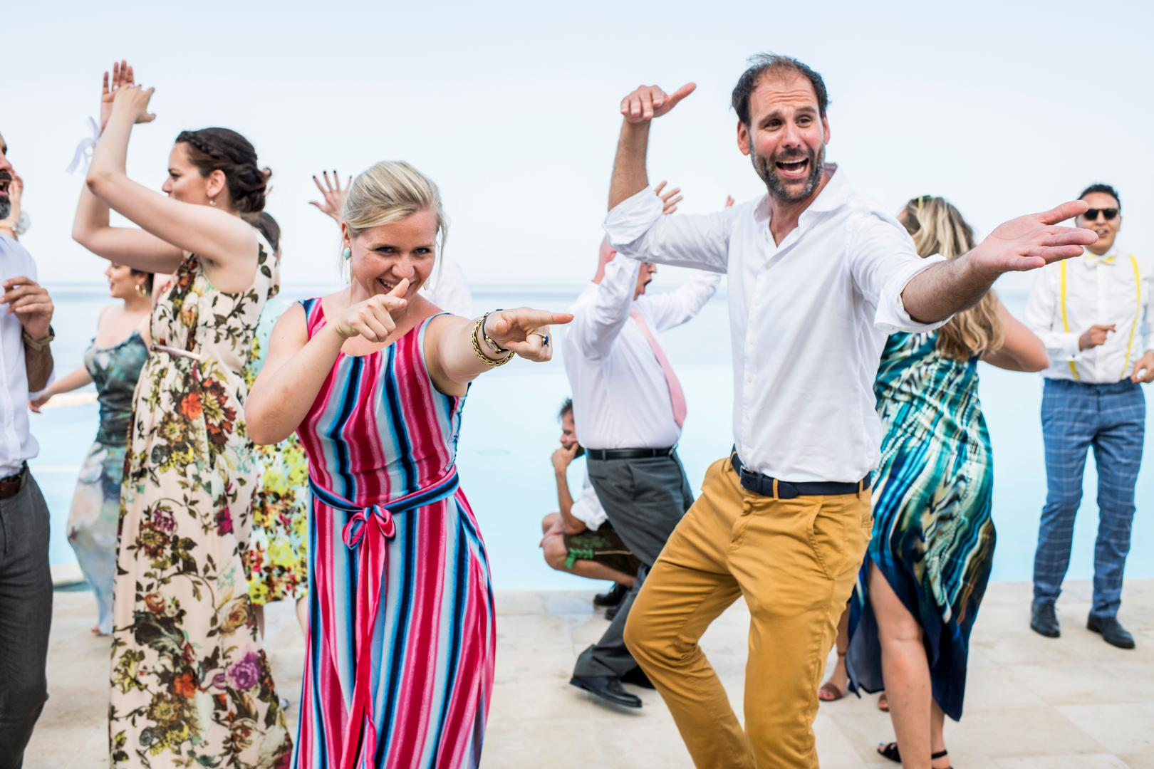 invitati che ballano al matrimonio