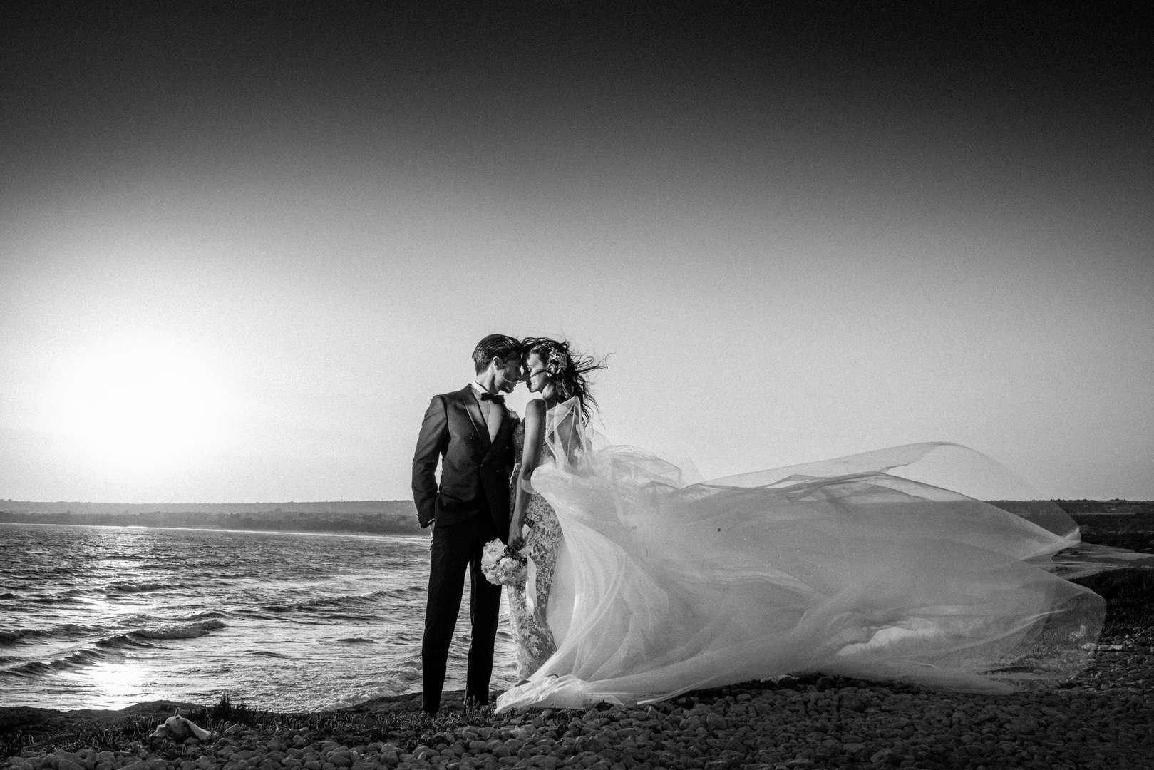 sposi al treamonto al mare
