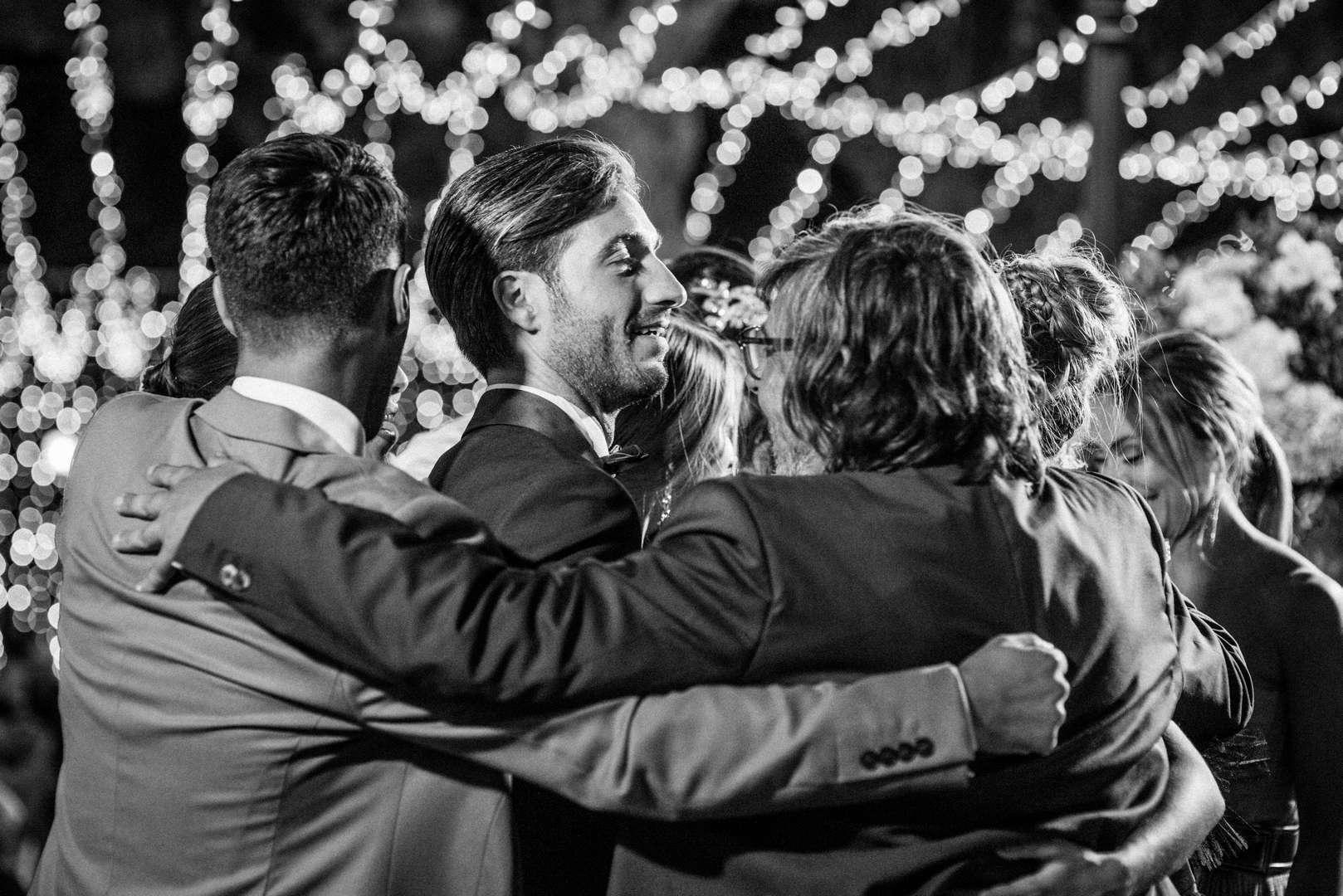 lo sposo balla con amici