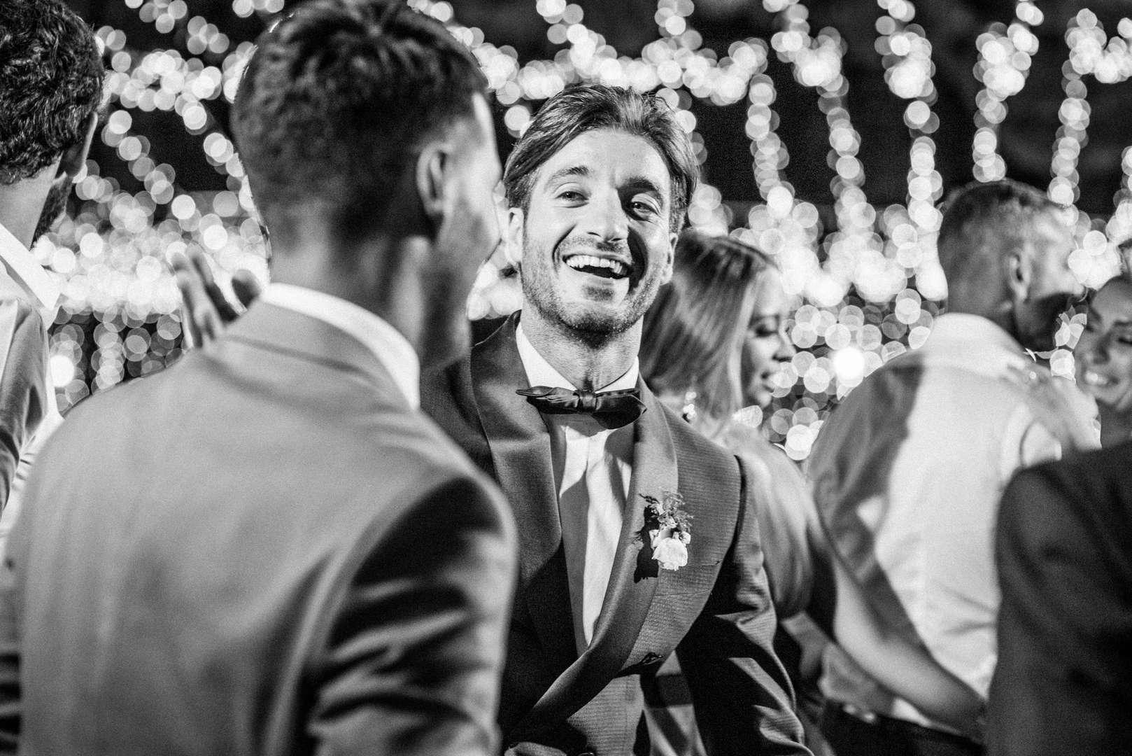 sposo che ride al matrimonio