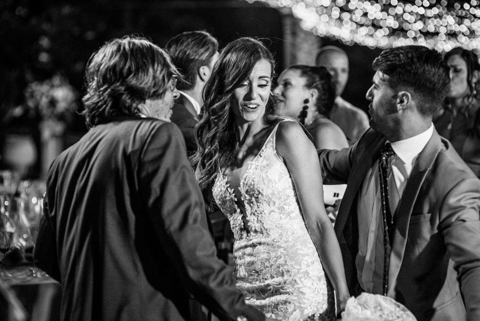 amici e sposi ballano