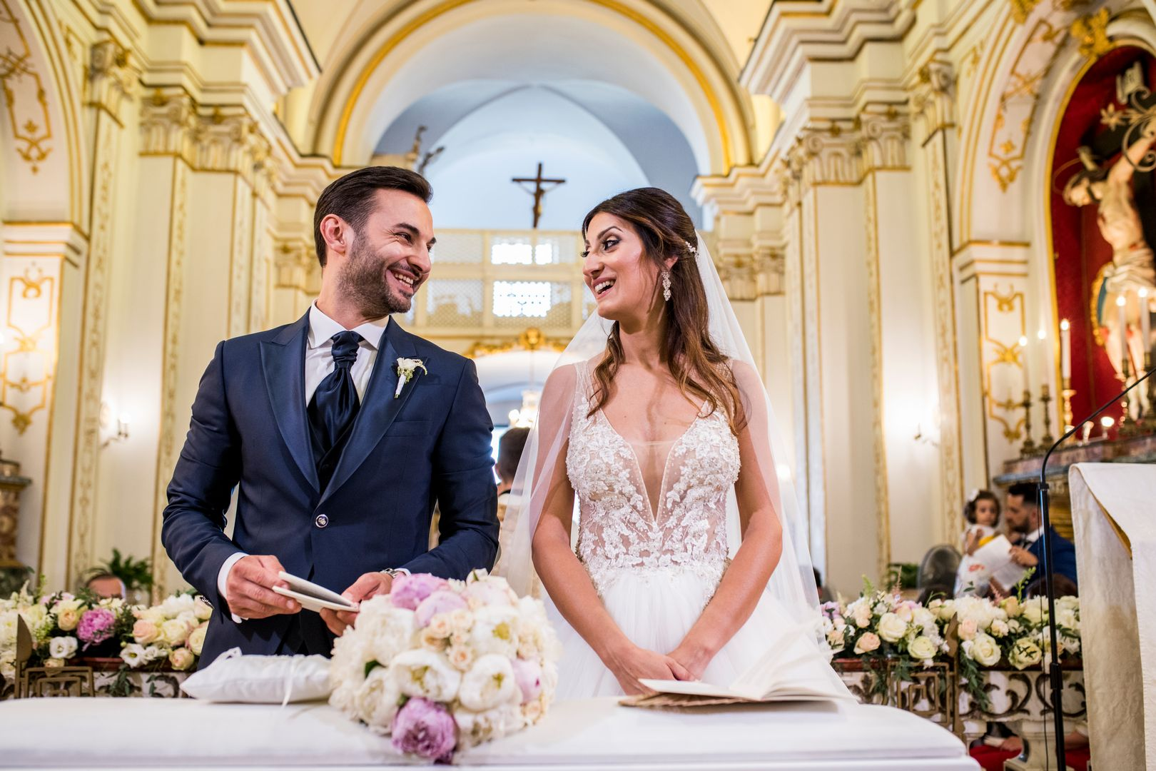 sposi in chiesa che ridono