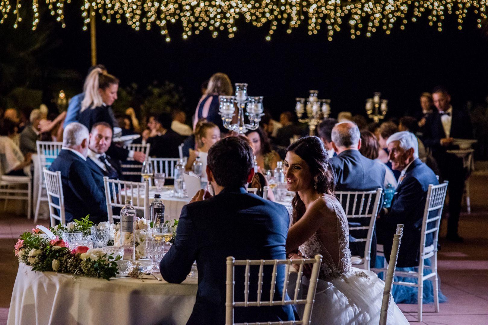 sposi seduti al tavolo