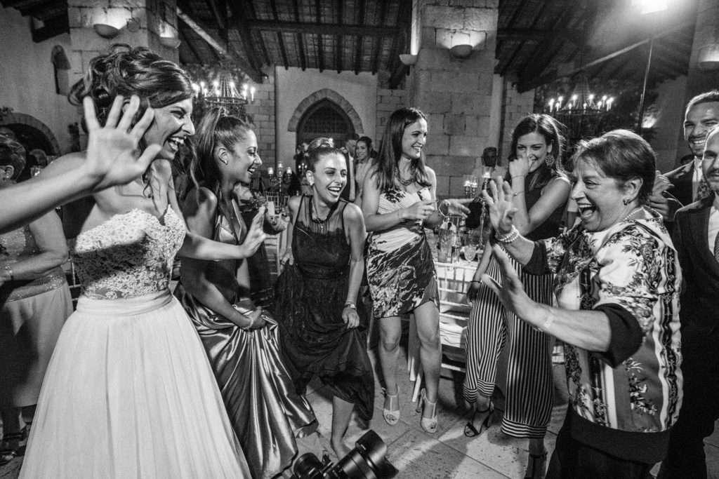 sposa che balla con le amiche