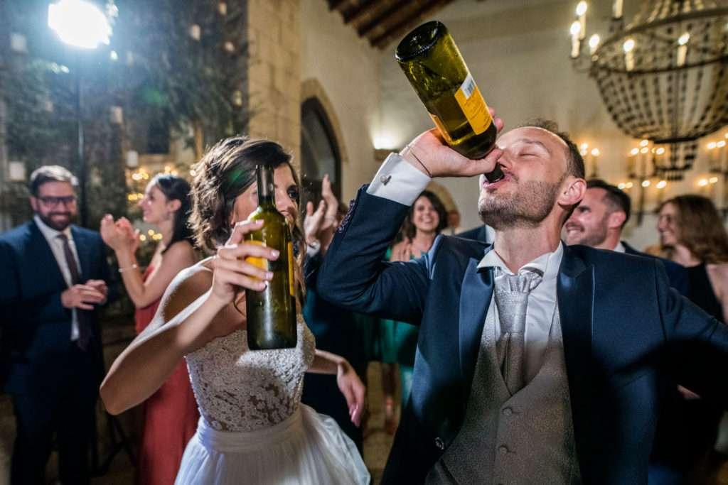 sposi bevono il vino