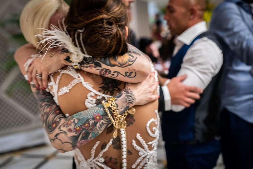 amica bacia la sposa